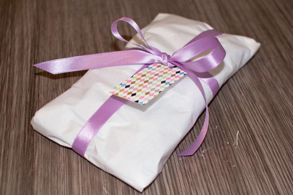 Die als Geschenk verpackte Persianermütze