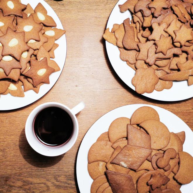 Braune Kuchen auf Tellern mit Glühweinbecher